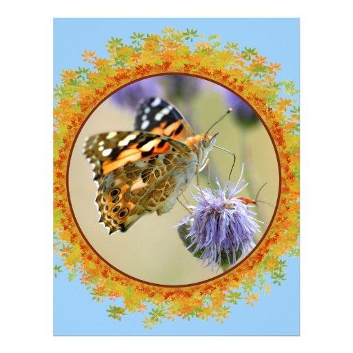 Mariposa pintada de la señora que alimenta en el m plantilla de membrete