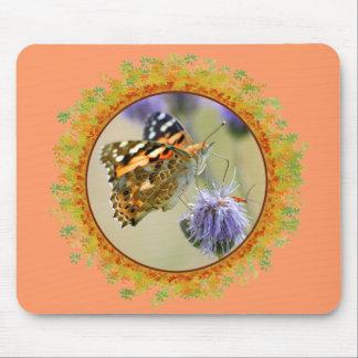 Mariposa pintada de la señora que alimenta en el m mouse pads