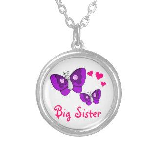 Mariposa púrpura de la hermana grande con los colgante redondo