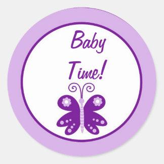 Mariposa púrpura del tiempo de primavera de los pegatina redonda