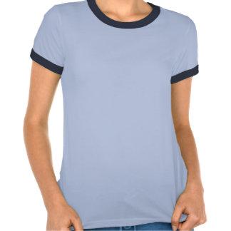 Mariposa que poliniza la camisa azul de las