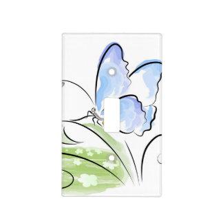 Mariposa que se sienta en hierba sobre campo de cubierta para interruptor