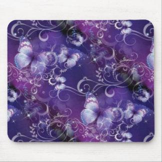 Mariposa, remolinos florales en Mousepad púrpura