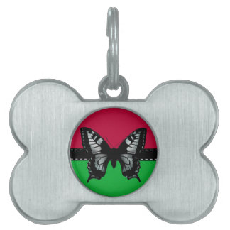 Mariposa retra con la cinta, fondo rojo verde placas de mascota
