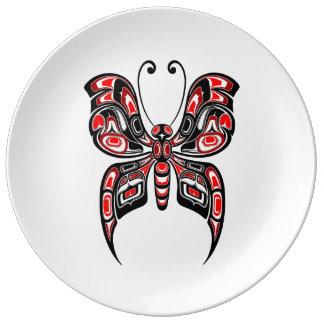 Mariposa roja y negra del alcohol del Haida en Platos De Cerámica