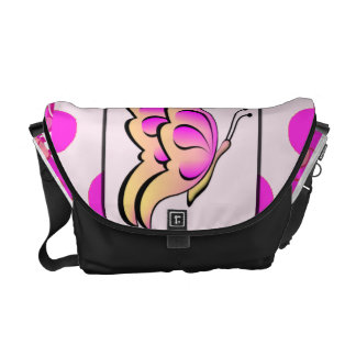 Mariposa rosada bonita en la bolsa de mensajero de bolsas de mensajería
