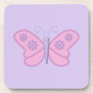 Mariposa rosada con las flores púrpuras posavasos de bebida
