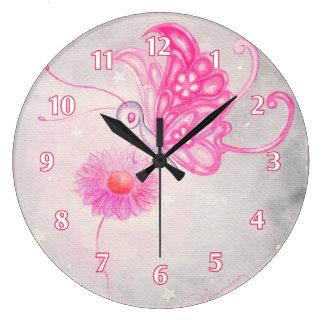 Mariposa rosada de la fantasía en margarita relojes de pared