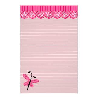 Mariposa rosada e inmóvil alineada cordón  papeleria
