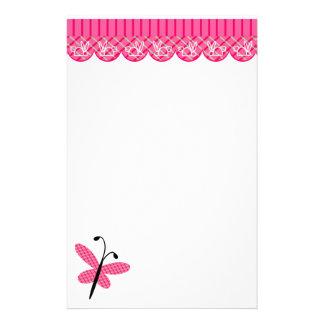 Mariposa rosada inmóvil papelería