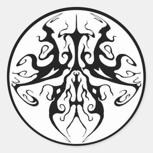 Mariposa surrealista del tatuaje tribal etiquetas redondas