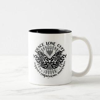 Mariposa tribal del enfisema taza de dos tonos