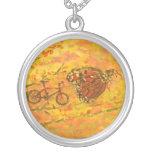 mariposa y bicicleta de monarca colgante redondo