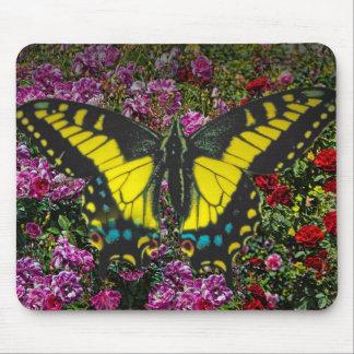 Mariposa y flor en un ratón-cojín alfombrilla de raton