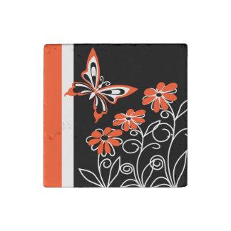 Mariposa y flores blanco y negro anaranjados imán de piedra