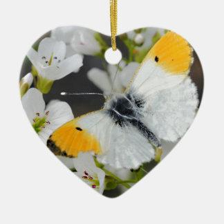 Mariposa y flores adorno de cerámica en forma de corazón