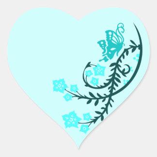 Mariposa y flores del trullo de la aguamarina pegatina en forma de corazón