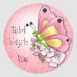 Mariposa y flores lindas etiqueta redonda