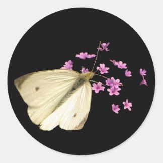 Mariposa y flores etiquetas redondas