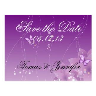 Mariposa y flores púrpuras tarjeta postal