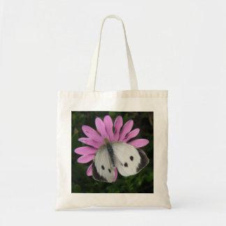Mariposa y la bolsa de asas rosada de la flor