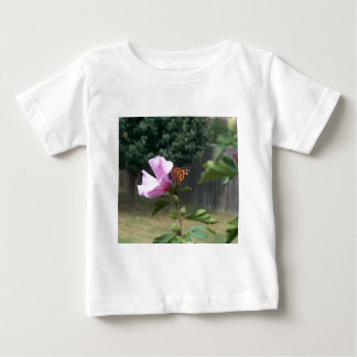 Mariposa y rosa de Sharon Playera