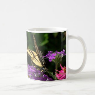 Mariposa y taza de las flores