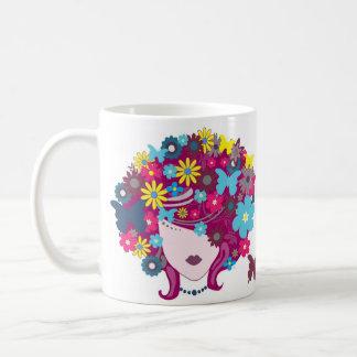 Mariposa y taza floral de la cabeza de la mujer de