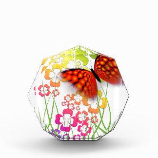 mariposa y tréboles coloridos frescos