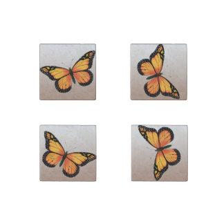 Mariposas anaranjadas imán de piedra