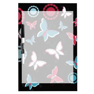 Mariposas azules del rosa bonito de la primavera pizarra blanca