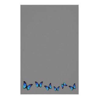 mariposas azules en el fondo de plata papeleria de diseño