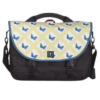 Mariposas azules en modelo amarillo del fondo bolsas de portatil