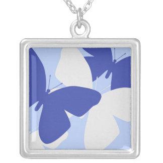 Mariposas azules y blancas en el collar azul