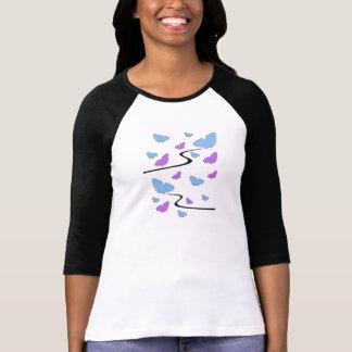 Mariposas azules y púrpuras en el ala playera