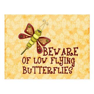 Mariposas bajas del vuelo tarjetas postales