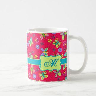 Mariposas banales modernas en el monograma rojo taza de café