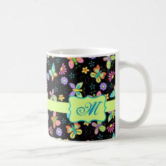 Mariposas banales modernas en monograma negro taza de café