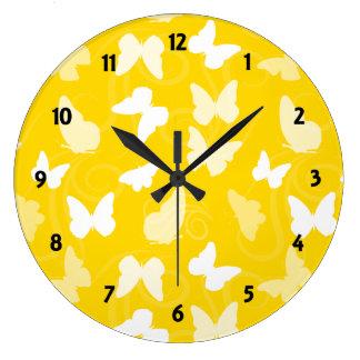 Mariposas blancas en amarillo reloj redondo grande