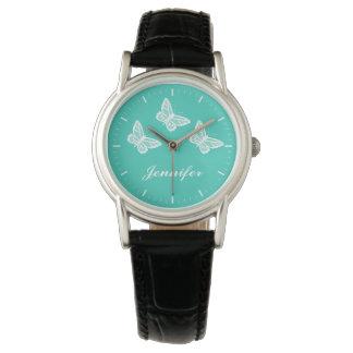 Mariposas blancas en la turquesa y el nombre del reloj de mano