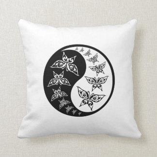 Mariposas blancos y negros de Yin Yang Tao Cojín