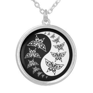 Mariposas blancos y negros de Yin Yang Tao Collar Plateado