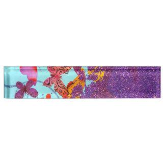 Mariposas brillantes coloridas y brillo púrpura