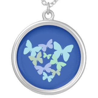 Mariposas coloridas en el collar azul