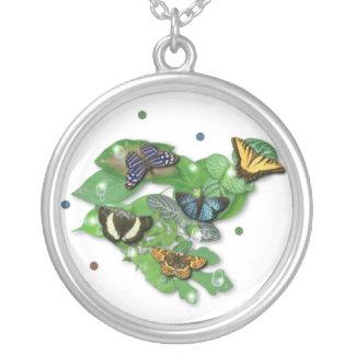 Mariposas con hojas, gota de lluvia, perla collar plateado