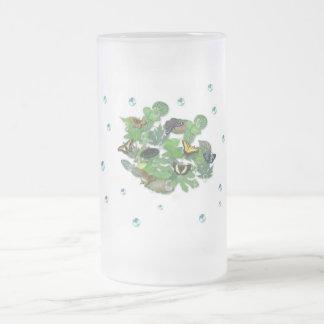 Mariposas con hojas, gota de lluvia, perla tazas de café