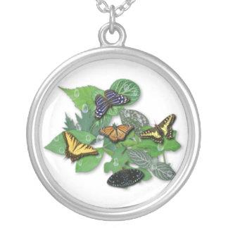 Mariposas con hojas, gotas de lluvia collar plateado