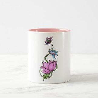 Mariposas con la taza de la flor