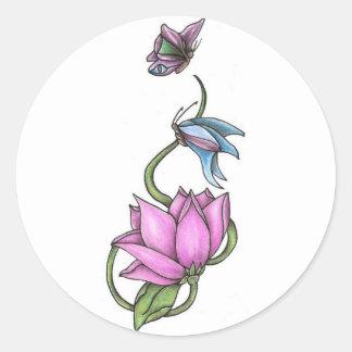Mariposas con los pegatinas redondos de la flor pegatina redonda
