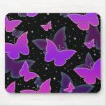 Mariposas cósmicas en púrpura tapetes de raton